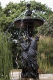 Fontana in primavera fra le piante del papiro Immagini Stock Libere da Diritti