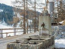 Fontana pubblica in un viilage nelle alpi svizzere Fotografie Stock Libere da Diritti