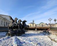 Fontana quattro stagioni il giorno di inverno soleggiato quadrato di Manezh vicino all'inverno antico di Cremlino, Mosca, Russia Fotografia Stock