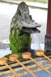 Fontana sacra in tempio giapponese in Kirishima immagine stock
