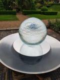 Fontana sferica della caratteristica dell'acqua immagine stock libera da diritti