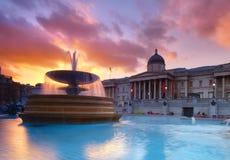 Fontana su Trafalgar Square su un tramonto con Galle nazionale Fotografia Stock