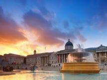 Fontana su Trafalgar Square su un tramonto con Galle nazionale Fotografia Stock Libera da Diritti