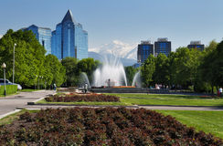 Fontana sul quadrato della Repubblica a Almaty, il Kazakistan Immagine Stock