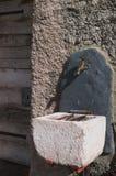 Fontana sulla parete di una capanna alpina Immagini Stock