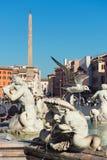 Fontana sulla piazza Navona Belle vecchie finestre a Roma (Italia) Fotografia Stock
