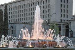 Fontana urbana al tramonto Immagini Stock
