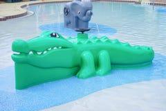 Fontana verde dell'alligatore in un parco dell'acqua Fotografia Stock
