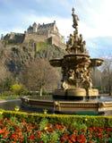 Fontana vicino al castello di Edinburgh Fotografia Stock Libera da Diritti