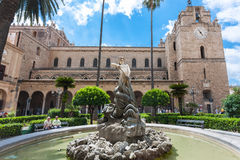 Fontana vicino al duomo nella città di Monreale, Sicilia Immagine Stock Libera da Diritti
