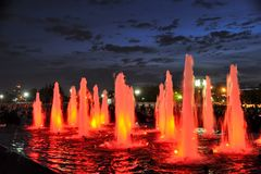 Fontane colorate di luce rossa in Victory Park Against Dusk Sky - V immagine stock libera da diritti