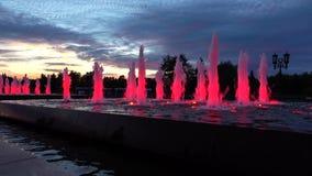 Fontane del parco accese rosso moderno alla notte Illuminazione architettonica del LED colpo 4k stock footage