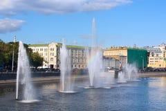Fontane di acqua con il Rainbow in fiume Fotografia Stock