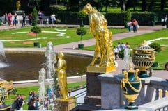 Fontane nel giardino più basso di Peterhof Fotografie Stock