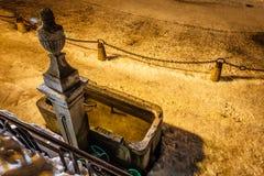 Fontanella in Megeve alla notte Immagine Stock