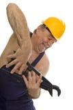 Fontanero con la llave de tubo y el casco de seguridad Fotografía de archivo