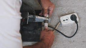 Fontanero del trabajador con los cortes del soldador y los tubos del metal-plástico que sueldan almacen de video