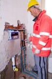 Fontanero en el trabajo en un sitio Foto de archivo libre de regalías