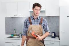 Fontanero joven Holding Wrench Fotos de archivo libres de regalías