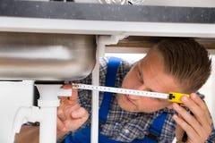 Fontanero Measuring Sink Pipe fotos de archivo