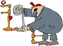 Fontanero que fija un tubo con la cinta del conducto Foto de archivo libre de regalías