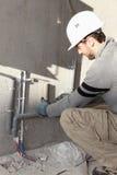 Fontanero que repara el abastecimiento de agua Fotografía de archivo