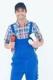 Fontanero que sostiene la llave inglesa y el tubo del fregadero Imagen de archivo
