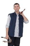 Fontanero que sostiene los tubos de cobre Fotos de archivo