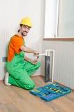 Fontanero que trabaja en cuarto de baño Imagen de archivo