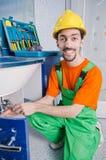 Fontanero que trabaja en cuarto de baño Imagen de archivo libre de regalías