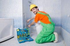Fontanero que trabaja en cuarto de baño Imágenes de archivo libres de regalías