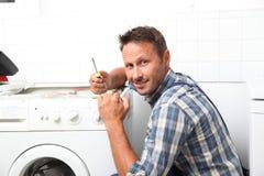 Fontanero que trabaja en el electrodoméstico