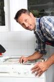 Fontanero que trabaja en el electrodoméstico  Fotografía de archivo libre de regalías