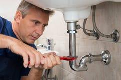Fontanero Repair Water Pipe Fotografía de archivo libre de regalías