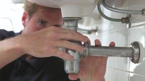Fontanero Working On Sink almacen de metraje de vídeo
