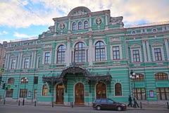Fontanka河堤防的学术大戏曲剧院在圣彼得堡,俄罗斯 免版税库存图片