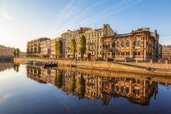 Fontankarivier en zijn dijken in de vroege ochtend, St. Petersburg, royalty-vrije stock fotografie