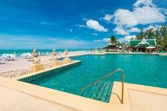 Fontann statuy przy tropikalnym pływackim basenem Obrazy Royalty Free
