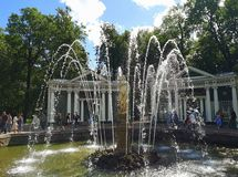 Fontanna «Adam «w niskim parku Peterhof obraz stock