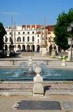 Fontanna bridżowy i historyczny budynek biały kolor w Prato della Valle w Padua w Veneto (Włochy) Obraz Royalty Free