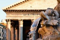 Fontanna i antyczny rzymski panteon w Rzym przy zmierzchem obrazy royalty free