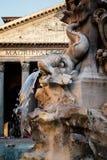 Fontanna i antyczny rzymski panteon w Rzym przy zmierzchem obraz royalty free