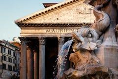 Fontanna i antyczny rzymski panteon w Rzym przy zmierzchem fotografia stock