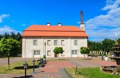 Fontanna i budynek poprzednia stajnia Kościół Katolicki Liskiava Lithuania fotografia stock