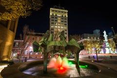 Fontanna i highrise budynek przy nocą, przy Penn kwadratem w puszku, Fotografia Stock