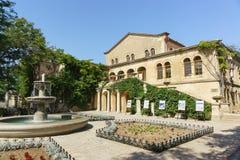 Fontanna i kwiatów ogródy wokoło Muzealnego budynku z Bizantyjską wystawą w Chersonesus Tavrichesky Zdjęcie Stock