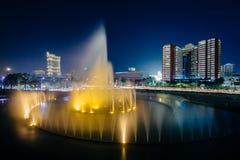 Fontanna i nowożytni budynki przy nocą, w Pasay, metro Manila, Zdjęcie Royalty Free