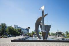 Fontanna i rzeźba Żeglujemy na Volga rzecznym bulwarze w Samara Rosja Na pogodnym letnim dniu zdjęcie royalty free