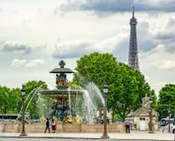 Fontanna morza Fontaine des Mers na miejsca De Los angeles Concorde kwadracie z wieżą eiflą przy tłem, Paryż, Francja obrazy royalty free