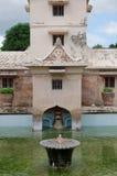 Fontanna na antycznym basenie przy taman sari wody kasztelem - królewski ogród sułtanat Jogjakarta Zdjęcia Royalty Free